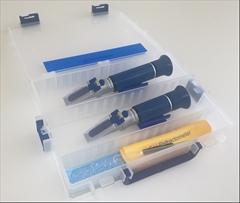 2x Refraktometr Lihoměr+Cukroměr - Cenově výhodný SET profesionálních refraktometrů pro přípravu destilátu. Obsahuje 1x refraktometrický cukroměr a 1x refraktometrický lihoměr to vše v jednom praktickém kufříku.
