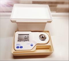 Měřící stanice pro laboratoř 0-85%brix - Měřící stanice určená pro laboratoře. Digitální refraktometr s úložným prostorem pro Vaše vzorky.